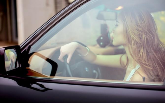 黄色长发美女车模图片壁纸