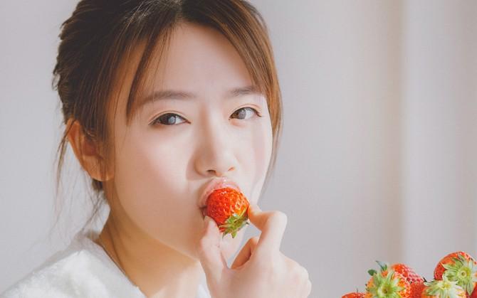 草莓青春女孩图片下载