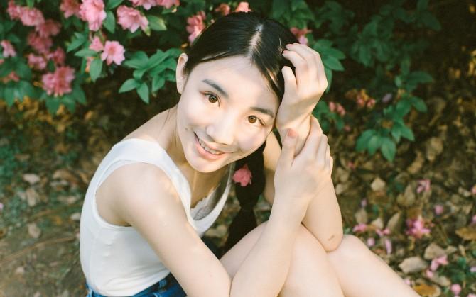 花朵树叶青春甜美女生图片