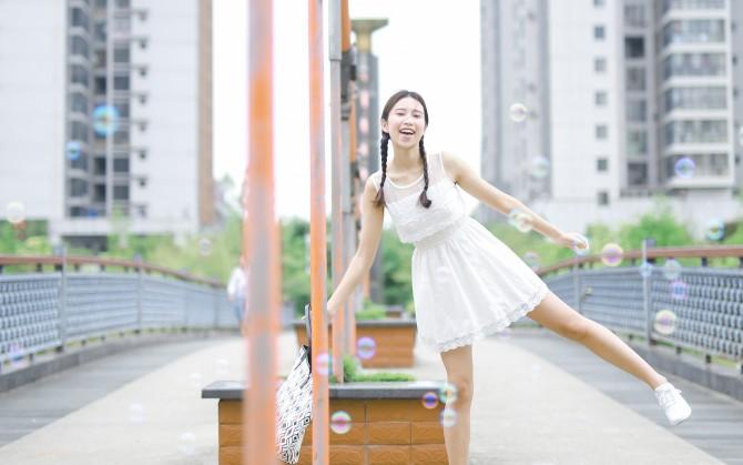白裙甜美麻花辫女孩高清图片