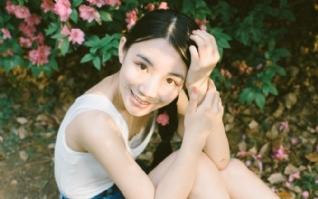 花朵树叶青春甜美女生图