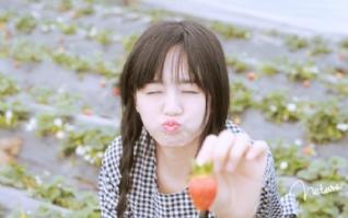 草莓嘟嘴可爱女生壁纸桌面