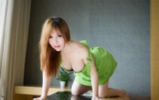 绿色背带裤丰满美女壁纸下载